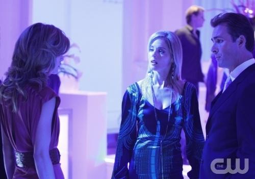 Annalynne Mccord Christina Moore E James Patrick Stuart In Una Scena Dell Episodio Model Behavior Di 90210 91458