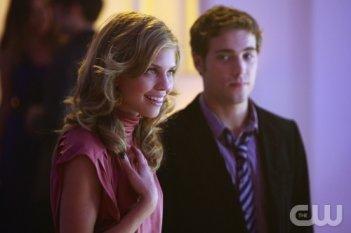 AnnaLynne McCord e Dustin Milligan in una scena dell'episodio Model Behavior di 90210