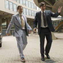Greg Kinnear e Dermot Mulroney in una scena del film Flash of Genius