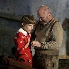 Robbie Kay e Bob Hoskins in una scena di Pinocchio