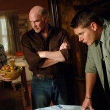 Allison Hossack, Mitch Pileggi e Jensen Ackles nell'episodio 'In the Beginning' della quarta stagione di Supernatural