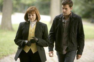 Blair Brown e Joshua Jackson in una scena dell'episodio The Cure di Fringe