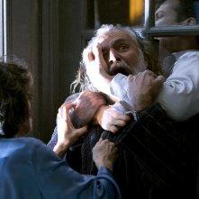 Elaine Kagan, Rade Sherbedgia e Craig Susser in una scena del film Quarantena