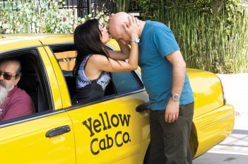 Evan Handler e Pamela Adlon in una scena dell'episodio Going Down and Out in Beverly Hills di Californication