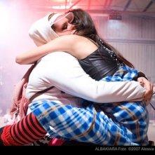 Francesca Bagnara e Laura Gigante si abbracciano sul set del film Albakiara