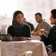 Golshifteh Farahani e Mark Strong in una scena del film Nessuna verità