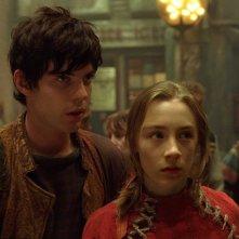 Harry Treadaway e Saoirse Ronan in una scena del film City of Ember
