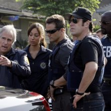 Henry Winkler insieme a Dylan Bruno, Alimi Ballard, Rob Morrow nell'episodio 'Jack of all trades' della serie tv Numb3rs