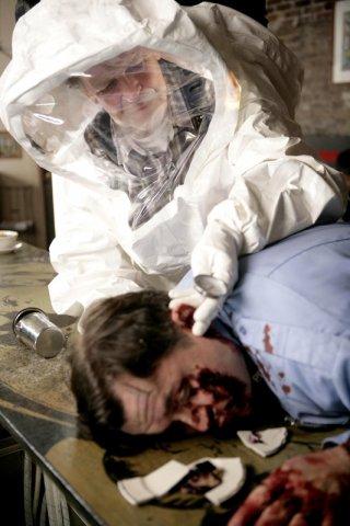 John Noble in una scena dell'episodio The Cure di Fringe