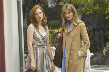 Natascha McElhone e Judy Greer nell'episodio 'No Way To Treat A Lady' nella serie tv Californication