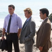 Simon Baker, Owain Yeoman e Tim Kang in una scena dell'episodio Red Tide di The Mentalist