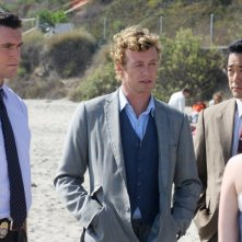 Simon Baker, Tim Kang e Owain Yeoman in una scena dell'episodio Red Tide di The Mentalist
