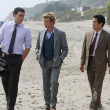 Simon Baker, Tim Kang e Owain Yeoman nell'episodio Red Tide di The Mentalist