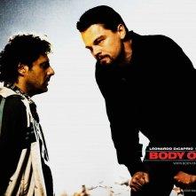 Un wallpaper del film Nessuna verità con protagonisti Vince Colosimo e Leonardo DiCaprio
