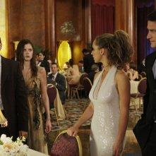 Jennifer Love Hewitt con David Conrad in una scena inquietante dell'episodio Save Our Souls, della serie Ghost Whisperer