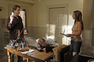 Jennifer Love Hewitt e Jamie Kennedy nell'episodio Ghost in the Machine, della serie Ghost Whisperer