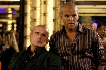 Amaury Nolasco e Dominic Purcell nell'episodio Five The Hard Way di Prison Break