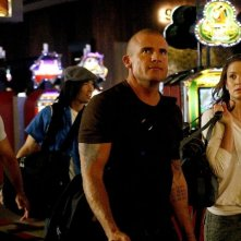 Amaury Nolasco, James Hiroyuki Liao, Dominic Purcell e Sarah Wayne Callies nell'episodio Five The Hard Way di Prison Break