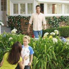 Il piccolo Mason Vale Cotton e James Denton in una scena dell'episodio Kids Ain't Like Everybody Else di Desperate Housewives