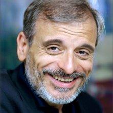 Un bel primo piano di Vittorio Viviani, attore, cantautore e regista teatrale