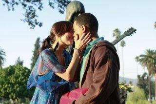 Jessica Stroup e Tristan Wilds in una scena dell'episodio Hollywood Forever di 90210