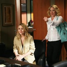 Christina Applegate con Mary-Kate Olsen in una scena dell'episodio 'Help' della serie Samantha Chi?