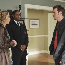Christina Applegate con Tim Russ e Barry Watson in un momento dell'episodio 'Out of Africa' della serie Samatha Chi?