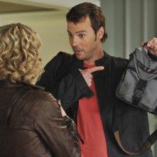 Christina Applegate, di spalle, con Barry Watson in un momento dell'episodio 'Out of Africa' della serie televisiva Samatha Chi?