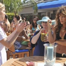 Christina Applegate di spalle, insieme a Jennifer Esposito nell'episodio 'Out of Africa' della serie Samatha Chi?