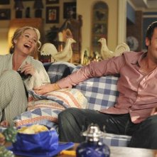 Christina Applegate insieme a Barry Watson in una scena dell'episodio 'Out of Africa' della seconda stagione della serie Samatha Chi?