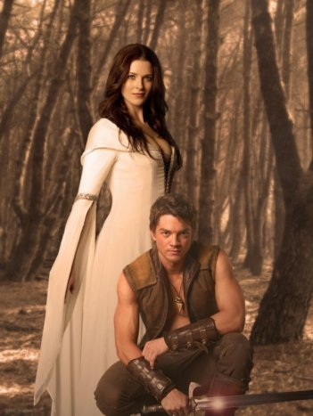 Craig Horner e Bridget Regan in un'immagine promozionale di Legend of the Seeker
