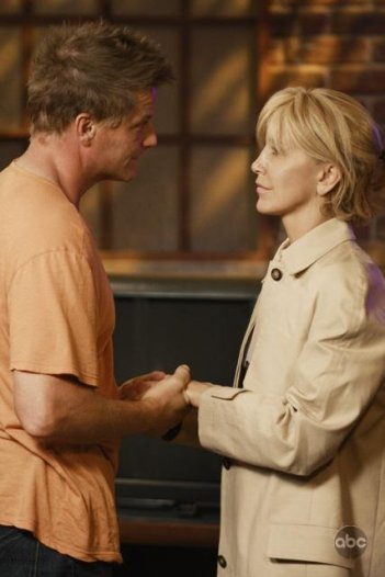 Doug Savant e Felicity Huffman in una sequenza di Desperate Housewives, episodio There's Always a Woman