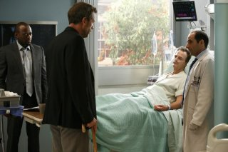 Hugh Laurie, Omar Epps e Peter Jacobson in una scena tratta dall'episodio Joy di Dr. House Medical Division