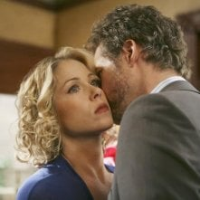 James Tupper e Christina Applegate in una scena romantica dell'episodio 'The Building' della serie tv Samantha Chi?