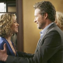 James Tupper e Christina Applegate nell'episodio 'The Building' della serie tv Samantha Chi?