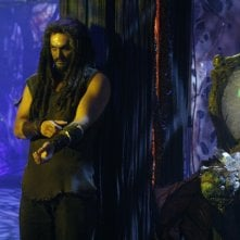 Jason Momoa in una sequenza dell'episodio ' Infection' della serie tv Stargate Atlantis