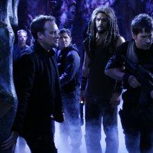 Jason Momoa, Joe Flanigan e David Hewlett  in una sequenza dell'episodio ' Infection' della serie tv Stargate Atlantis