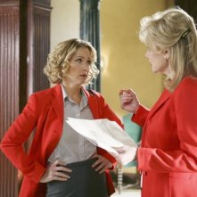 Jean Smart e Christina Applegate nell'episodio 'The Building' della serie Samantha Chi?