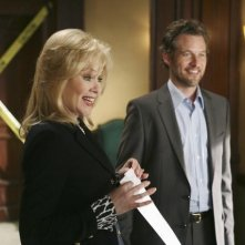 Jean Smart e sullo sfondo James Tupper nell'episodio 'The Building' della serie Samantha Chi?