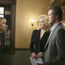 Jean Smart, James Tupper e Christina Applegate nell'episodio 'The Building' della serie Samantha Chi?