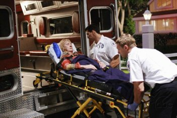 Kathryn Joosten in una sequenza drammatica dell'episodio 'Mirror, Mirror' della serie televisiva Desperate Housewives