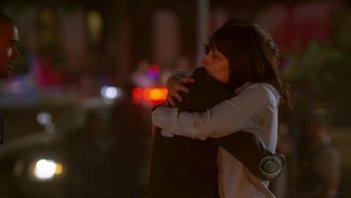 Matthew Gray Gubler e Paget Brewster si abbracciano dopo essere sopravvissuti nell'episodio 'Minimal Loss' della serie Criminal Minds