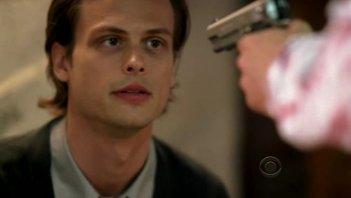 Matthew Gray Gubler viene minacciato dal personaggio di Luke Perry nell'episodio 'Minimal Loss' della serie Criminal Minds