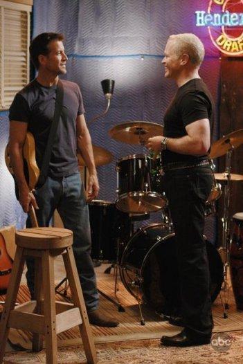 Neal McDonough e James Denton in una sequenza di Desperate Housewives, episodio There's Always a Woman