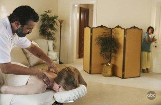Ricardo Chavira ed Eva Longoria (sullo sfondo) in una sequenza dell'episodio There's Always a Woman, della serie Desperate Housewives