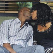 Taye Diggs in una scena romantica con Audra McDonald nell'episodio 'Past Tense' della serie Private Practice