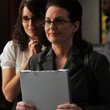 Tina Fey insieme a Megan Mullally nel primo episodio della terza stagione della serie tv 30 Rock: 'Do-Over'