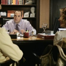 Tony Hale e di spalle Christina Applegate e Jean Smart nell'episodio 'The Pill' della serie tv Samantha Chi?
