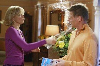 Uno 'scambio di vedute' un po' acceso per Felicity Huffman e Doug Savant nella serie Desperate Housewives, episodio: Mirror, Mirror