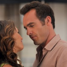 Brooke Shields di spalle, e Paul Blackthorne nell'episodio 'Chapter Nine: Help!' della serie Lipstick Jungle